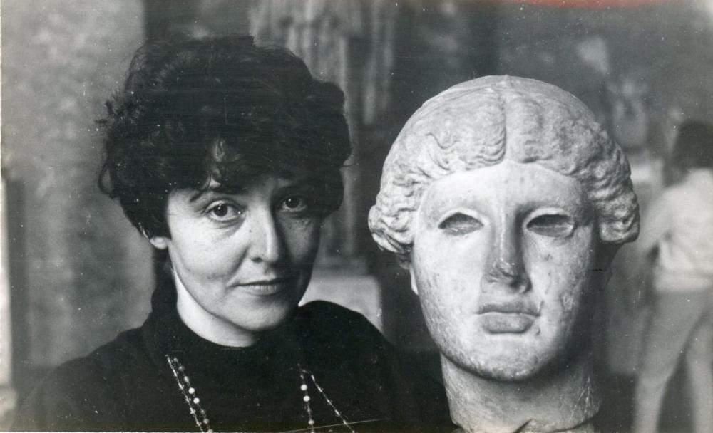 María Irene Fornés next to bust of a head.